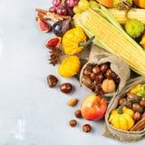 Fondo de la cosecha del otoño de la caída con maíz de la castaña de la manzana de la calabaza Imagenes de archivo