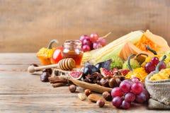 Fondo de la cosecha del otoño de la caída con maíz de la castaña de la manzana de la calabaza Imagen de archivo libre de regalías