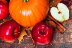 Fondo de la cosecha o de la acción de gracias con las calabazas, las manzanas y fal Foto de archivo libre de regalías