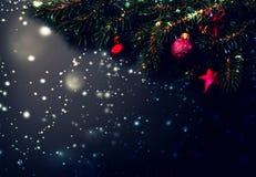 Fondo de la decoración de la Feliz Navidad - ramas de árbol de abeto en bla Foto de archivo libre de regalías
