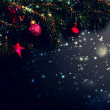Fondo de la decoración de la Feliz Navidad - ramas de árbol de abeto en bla Imagenes de archivo