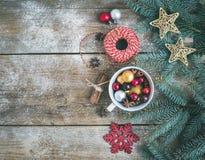 Fondo de la decoración de la Navidad (Año Nuevo): una taza llena de colorf Fotos de archivo libres de regalías