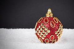 Fondo de la decoración de la Navidad o del Año Nuevo: bola roja de Navidad en s Imagenes de archivo