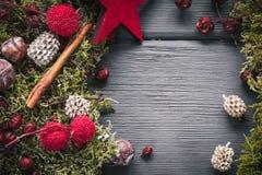 Fondo de la decoración de la Navidad o del Año Nuevo: musgo, bayas, estrella Imagen de archivo libre de regalías