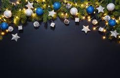 Fondo de la decoración de la Navidad sobre la pizarra negra Fotos de archivo
