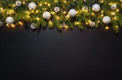 Fondo de la decoración de la Navidad sobre la pizarra negra foto de archivo