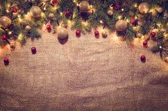 Fondo de la decoración de las luces de la Navidad sobre el paño de lino Visión superior fotos de archivo