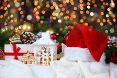 Fondo de la decoración de la Navidad con las luces en oscuridad, Feliz Año Nuevo y concepto de las vacaciones de invierno Fotografía de archivo libre de regalías