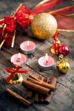 Fondo de la decoración de la Navidad con las velas y el cinamon fotos de archivo