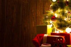 Fondo de la decoración de la Navidad o del Año Nuevo Árbol de navidad en fondo de madera con el espacio de la copia Fotografía de archivo libre de regalías