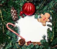 Fondo de la decoración de la Navidad o del Año Nuevo con la rama de árbol de abeto Imágenes de archivo libres de regalías