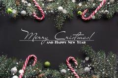Fondo de la decoración de la Navidad o del Año Nuevo: el abeto ramifica, las bolas de cristal coloridas en negro Foto de archivo