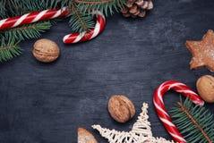 Fondo de la decoración de la Navidad o del Año Nuevo: el piel-árbol ramifica, bastón de caramelo con el espacio de la copia Conce Fotografía de archivo
