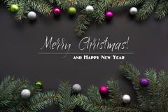 Fondo de la decoración de la Navidad Ramas de árbol de abeto en fondo negro con el espacio de la copia Visión superior Modelo Foto de archivo libre de regalías