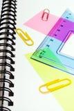 Fondo de la escuela con los accesorios coloridos Foto de archivo
