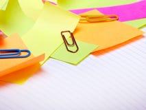 Fondo de la escuela con los accesorios coloridos Imagen de archivo