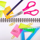 Fondo de la escuela con los accesorios coloridos Foto de archivo libre de regalías