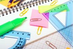 Fondo de la escuela con los accesorios coloridos Imagen de archivo libre de regalías
