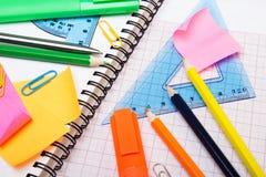 Fondo de la escuela con los accesorios coloridos Fotos de archivo libres de regalías