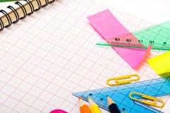 Fondo de la escuela con los accesorios coloridos Imágenes de archivo libres de regalías