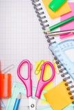 Fondo de la escuela con los accesorios coloridos Imagenes de archivo