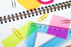Fondo de la escuela con los accesorios coloridos Fotos de archivo