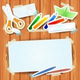 Fondo de la escuela con los elementos de papel y el papel en blanco Fotografía de archivo libre de regalías