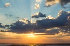 Fondo de la estratosfera del cielo de la puesta del sol imagen de archivo libre de regalías
