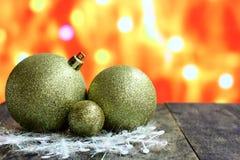 Fondo de la estrella de la Navidad con las bolas del oro adornadas Imagenes de archivo