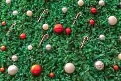 Fondo de la Feliz Año Nuevo con las decoraciones del árbol de navidad Foto de archivo libre de regalías