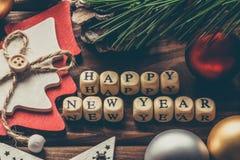 Fondo de la Feliz Año Nuevo, decoraciones de la Navidad en un fondo de madera Foto de archivo