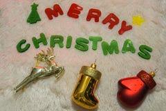 Fondo de la Feliz Navidad con el reno y calcetín y guante de Papá Noel Fotos de archivo libres de regalías