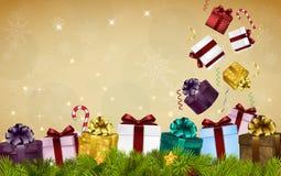 Fondo de la Feliz Navidad con las cajas de regalo, los globos, los caramelos, y el árbol de abeto Foto de archivo