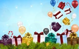 Fondo de la Feliz Navidad con las cajas de regalo, los globos, los caramelos, y el árbol de abeto Fotos de archivo