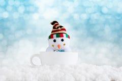 Fondo de la Feliz Navidad y de la Feliz Año Nuevo Muñeco de nieve en los wi de la taza Imágenes de archivo libres de regalías