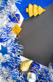 Fondo de la foto de la Navidad o del Año Nuevo Primer de la pizarra con el marco chispeante Imágenes de archivo libres de regalías