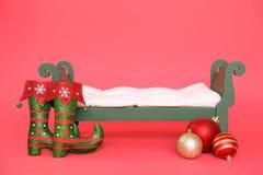 Fondo de la fotografía de Digitaces de la cama de bebé verde de la Navidad del vintage aislada en rojo imágenes de archivo libres de regalías