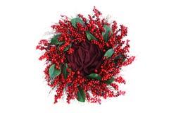 Fondo de la fotografía de Digitaces del blanco rojo de Berry Holiday Wreath Isolated On foto de archivo