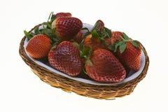 Fondo de la fresa, cesta con el primer maduro de las fresas en el fondo blanco Imagen de archivo libre de regalías