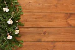 Fondo de la frontera de las ramas y de los ornamentos de árbol de navidad Foto de archivo