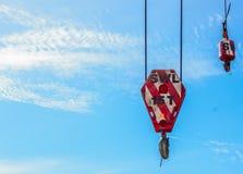 Fondo de la grúa de los ganchos y del cielo azul Imagen de archivo libre de regalías