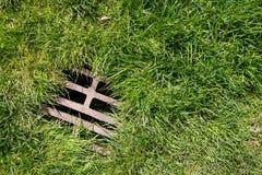 Fondo de la hierba y del dren Imagen de archivo
