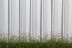 Fondo de la hoja de metal con la hierba Fotos de archivo libres de regalías