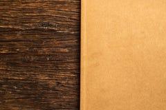 Fondo de la hoja de papel de la cartulina de Brown en vieja idea rústica de madera del concepto del eco del fondo de la textura foto de archivo libre de regalías