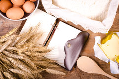 Fondo de la hornada - cocinero en blanco Book, oídos del trigo, harina Imágenes de archivo libres de regalías