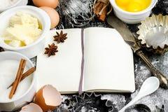 Fondo de la hornada con el azúcar, harina, huevos, mantequilla Imagenes de archivo