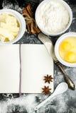 Fondo de la hornada con el azúcar, harina, huevos, mantequilla Fotografía de archivo