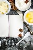 Fondo de la hornada con el azúcar, harina, huevos, mantequilla, especias Imágenes de archivo libres de regalías