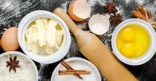 Fondo de la hornada con el azúcar, harina, huevos, mantequilla, especias Fotografía de archivo libre de regalías