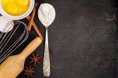 Fondo de la hornada con el azúcar, harina, huevos, mantequilla, especias Foto de archivo libre de regalías